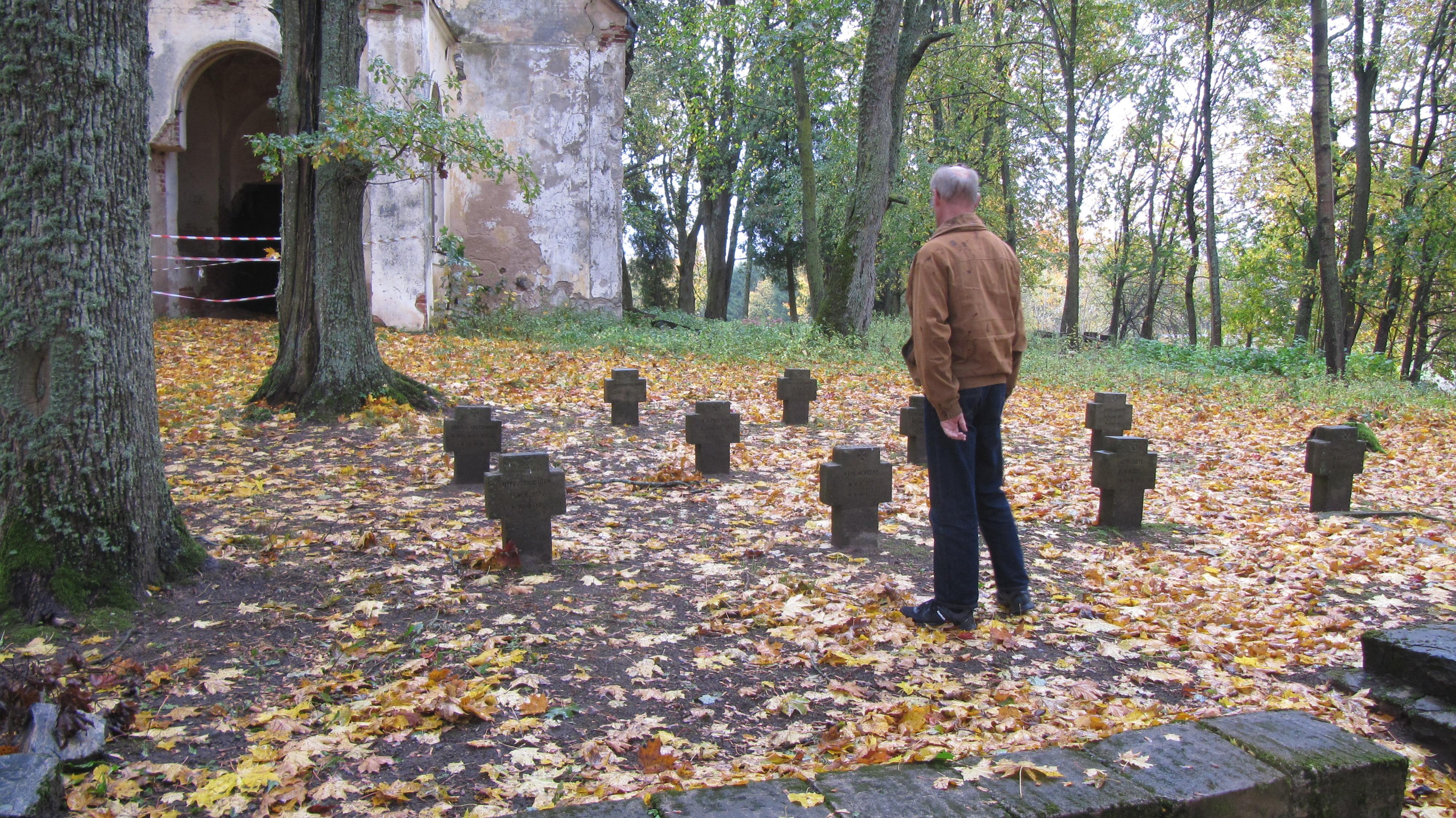 Perfekt cache i Lettland!  Gammal förfallen kyrka och gravsinskriptioner från kriget.